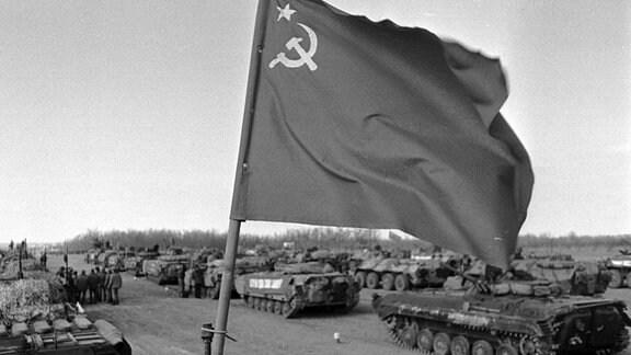 Landesfahne der UDSSR und parkende Panzer im Zwischenlager des usbekischen Termez - Abzug der Sowjetischen Truppen aus Afghanistan.