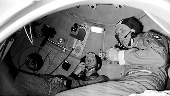 Kosmonaut Alexej Leonow und Astronaut Thomas Stafford treffen sich 1975 im Weltall