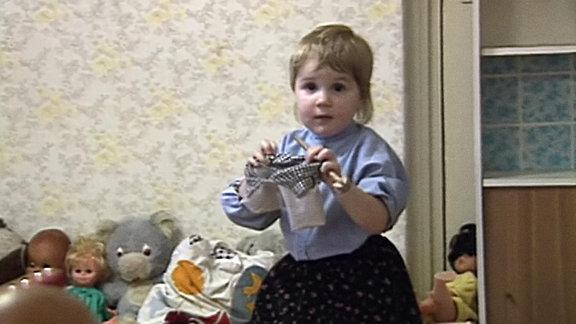 Ein kleines Mädchen mit Spielsachen
