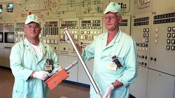 Zwei Forscher in der Schaltzentrale mit einem Brennstab im Zentralinstitut für Kernforschung in Rossendorf, 1990.
