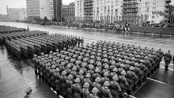 Aufmarsch von NVA-Soldaten zur Parade zum 40. Jahrestag der DDR 1989 in Berlin