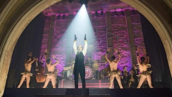 Babylon Berlin - Show auf der Bühne mit nackten Tänzern.