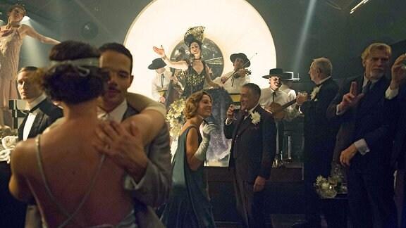 Babylon Berlin - Tanzende Pärchen in einem Berliner Klub in  den 1920er-Jahren