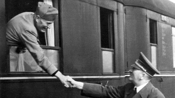 Reichskanzler Adolf Hitler verabschiedet Benito Mussolini am Bahnhof der Wolfsschanze.
