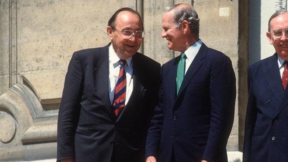 Aussenminister Hans Dietrich Genscher (ganz rechts), FDP, auf dem 2+4 Treffen in Paris im April 1990, im Gespraech mit Baker. Bonn Deutschland