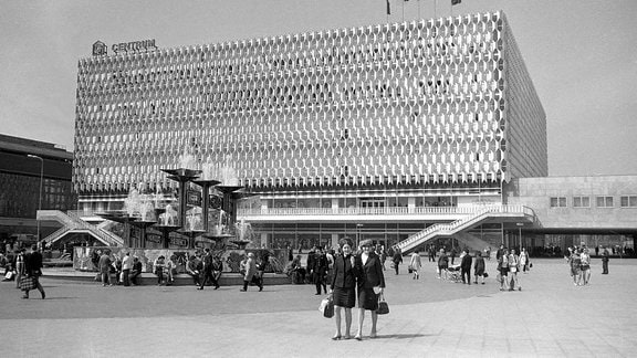 DDR 1970: Warenhaus Centrum am Alexanderplatz in Berlin.