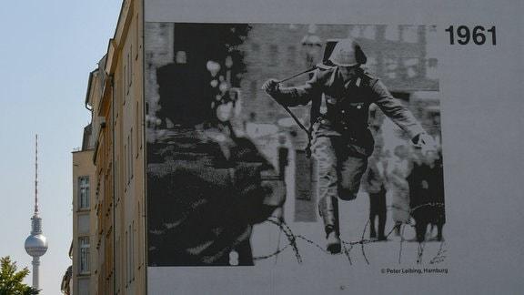 Sprung über die Mauer, August 1961- legendäres Foto von Peter Leibniz an einer Hauswand in der Bernauer Strasse an der Gedenkstätte Berliner Mauer