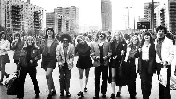 Jugendliche bilden eine Freundschaftskette auf der Karl-Marx-Allee anlässlich der 10. Weltfestspiele in Berlin 1973