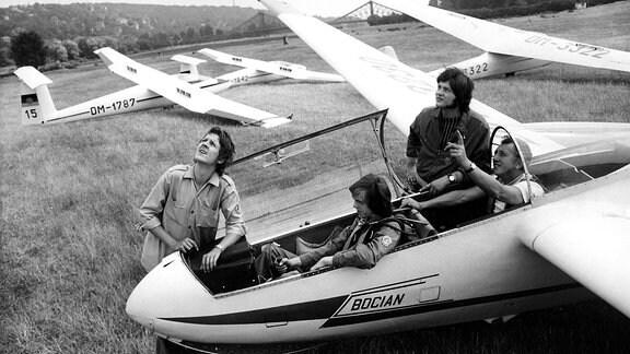 GST-Mitglieder (Gesellschaft für Sport- und Technik) beim Segelfliegen