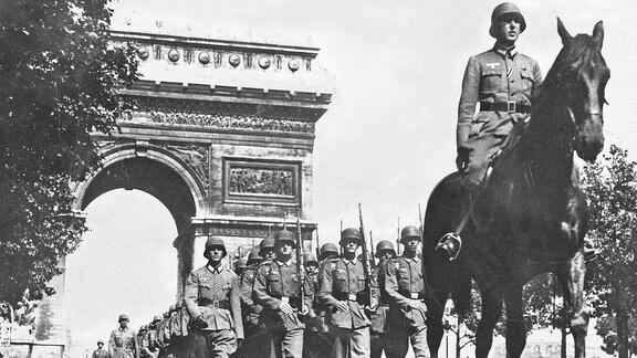 Deutsche Truppen 1940 auf dem Champs Elysees in Paris
