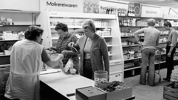 Verkäuferin und Kundschaft im Konsum von Schenkenberg - DDR 1981