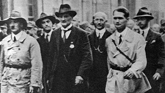 Die Nazigrößen Adolf Hitler, Alfred Rosenberg, Heinemann, Gottfried Feder, Rudolf Heß und Albrecht marschieren im Juni 1926 durch Weimar