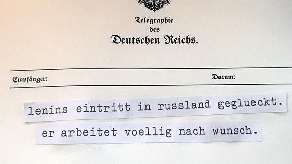 """Blatt Papier. Schreibmaschinen-Schriftzug: """"lenins eintritt in russland geglueckt.  er arbeitet voellig nach wunsch."""""""