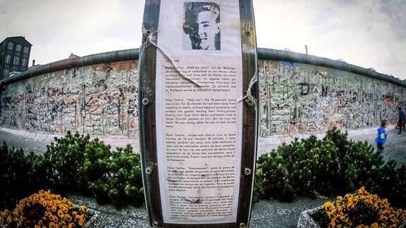 Mahnmal fuer Peter Fechter, Westseite der Berliner Mauer, April 1990.