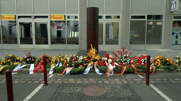 Blumenkränze an der Peter Fechter Gedenksäule in der Zimmerstraße in Berlin-Mitte, 2008