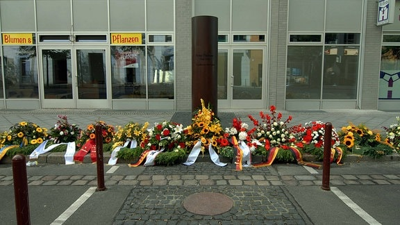 Blumenkränze an der Peter Fechter Gedenksäule in der Zimmerstraße in Berlin-Mitte