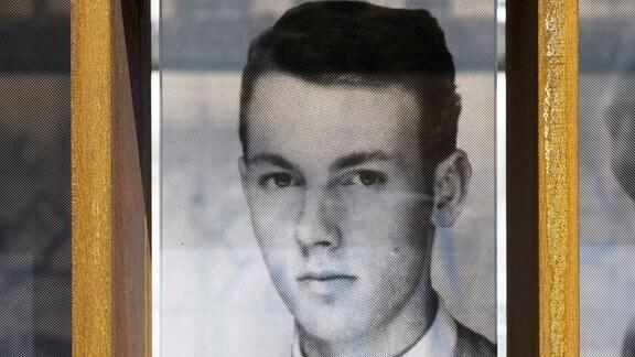 Foto und Inschrift an Gedenken an das Maueropfer Peter Fechter 1944 - 1962 an der Bilderwand mit Fotos von Maueropfer