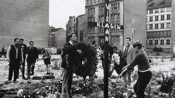 Archivaufnahme: Jugendliche stellen Holzkreuz auf