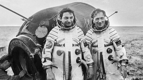 Sigmund Jähn und Walery Bykovski nach der Landung mit der Sojus 31
