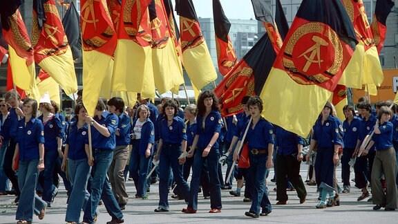 FDJler mit DDR-Fahnen auf dem Nationalen Jugendfestival 1979 in Ostberlin