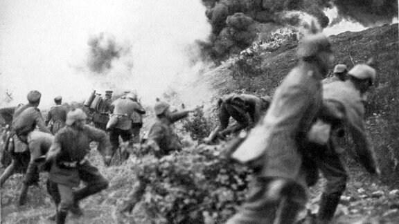 Deutsche Infanterie greift mit Flammenwerfern und Handgranaten Stellungen der Franzosen bei Verdun an Erster Weltkrieg