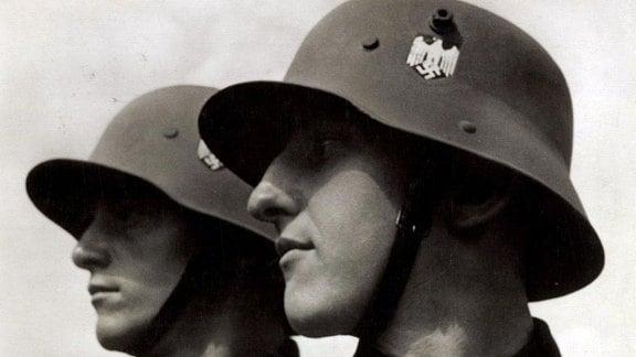 """Propaganda-Bild """"Die Deutsche Wehrmacht unter dem Stahlhelm"""" 1935"""