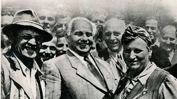 Wilhelm Pieck Staatspräsident der DDR mit Bauern 1956