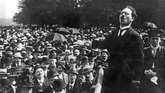 Karl Liebknecht spricht 1911 vor Bürgern in Berlin