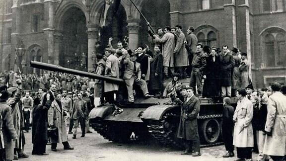 Aufständische auf einem Panzer in Budapest