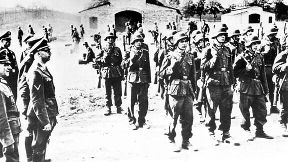 SS-Chef Heinrich Himmler inspiziert im Juni 1943 Flamen der 27. SS Freiwilligen-Grenadierdivision Langemarck Waffen-SS