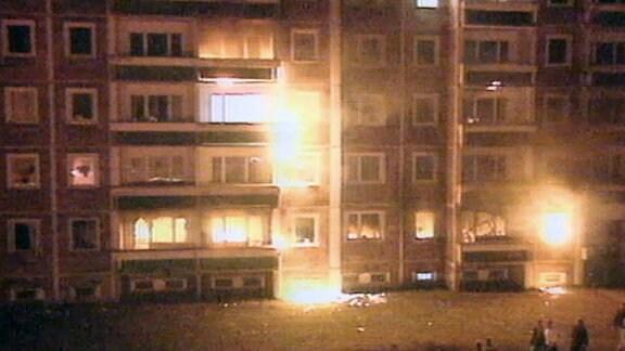 Ein brennender Wohnblock in Rostock-Lichtenhagen