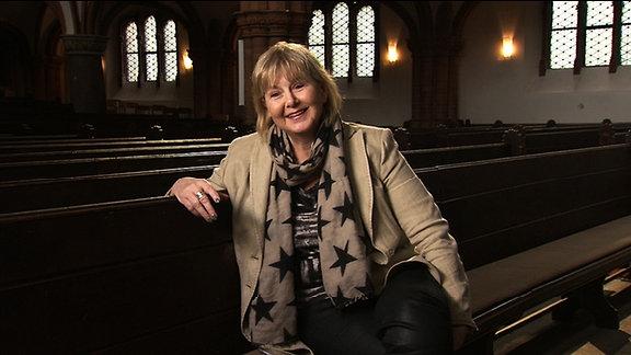 Marianne Birthler sitzt auf einer Kirchenbank