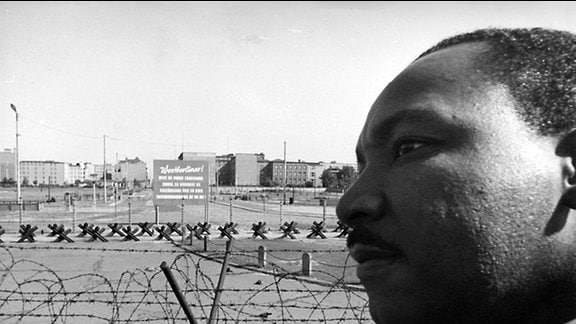 Martin Luther King 1964 vor den Absperrungen am Potsdamer Platz in Berlin
