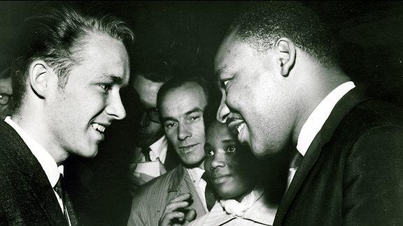 Martin Luther King unterhält sich mit Studenten