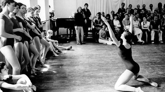 Tänzerin Gret Palucca (hinten Mitte, GDR) während des Unterrichts in ihrer Tanzschule in Dresden.