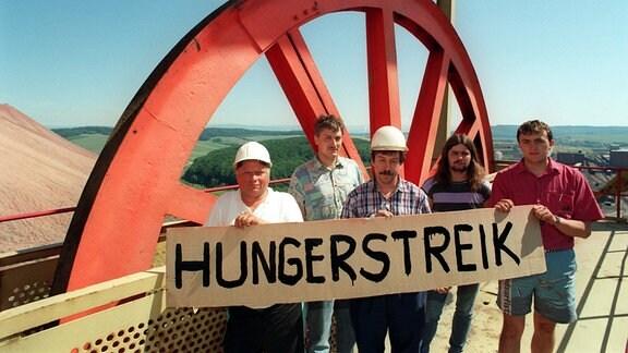 Kumpel des thüringischen Kaliwerkes Bischofferode mit einem Transparent auf dem das Wort Hungerstreik geschrieben steht.