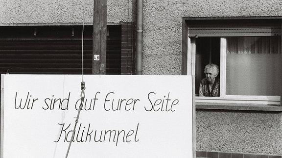 Plakat mit Aufschrift 'Wir sind auf Eurer Seite Kalikumpel'