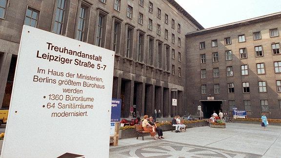 Blick auf das frühere Haus der Ministerien in der Leipziger Straߟe, in dem nun die Berliner Treuhandanstalt eingezogen ist.