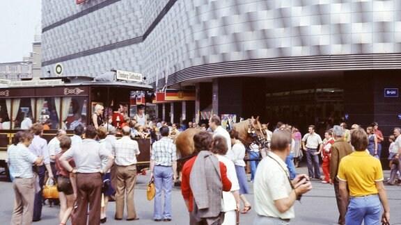 Menschen 1977 vor einem Kaufhaus in Leipzig