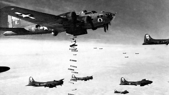 B-17 Flying Fortress werfen Bomben ab