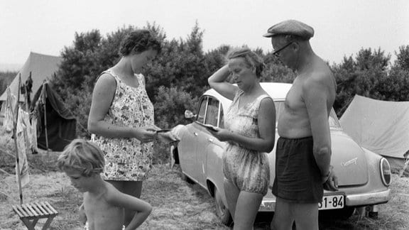 Besucher eines Zeltplatz in der DDR, 50er-Jahre.
