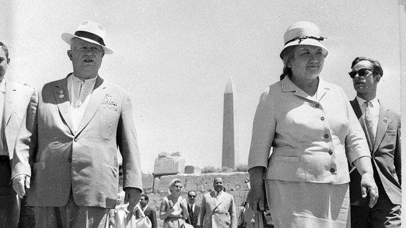 Nikita Chruschtschow mit Frau Nina während Ägyptenbesuch am Tempel in Karnak.