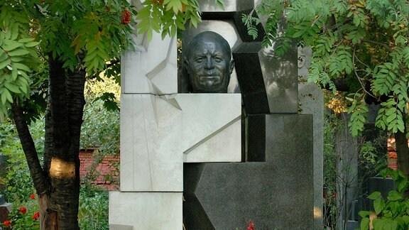 Grab des sowjetischen Politikers und Regierungschefs Nikita Sergejewitsch Chruschtschow auf dem Nowodewitschi-Friedhof in Moskau.
