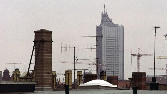 Universitätshochhaus erhebt sich über die Dächer von Leipzig.