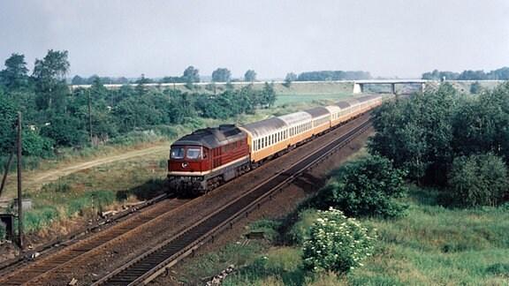 """Städteexpreß (Ex 121/126) """"Stolteraa"""" Rostock - Berlin zwischen Blankenburg und Birkenwerder, 1980"""