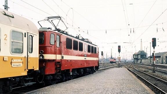 """Elektrischer Zugbetrieb: Städteexpreß """"Lipsia"""" mit Elok  211 088-0 steht am Ausfahrtsignal Bahnhof Leipzig Hbf zur Rückfahrt nach Berlin, 1983"""