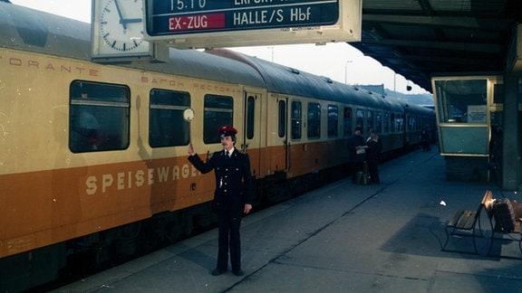 Speisewagen im Städteexpress von Berlin nach Erfurt über Halle/Saale (Rennsteig) auf dem Bahnhof Berlin-Lichtenberg, 1981