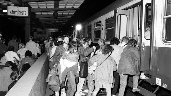 DDR-Botschaftsbesetzer besteigen in Prag Sonderzug in die BRD