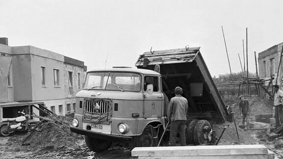 Blick auf den Bau von Eigenheimen in Neukalen (Kreis Malchin) in der Zeit von 1977 bis 1979. (Scanbild, Datum geschätzt)