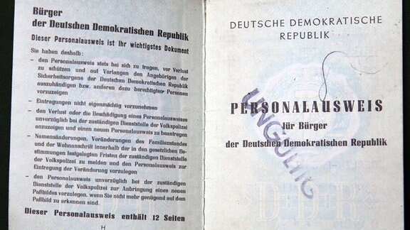 Ein aufgeschlagener DDR Personalausweis